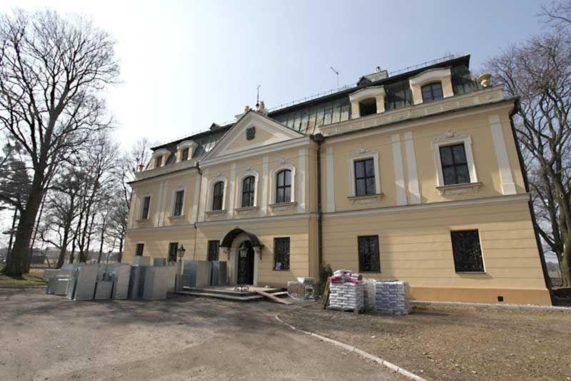Front budynku Pałacu w Rybnej.