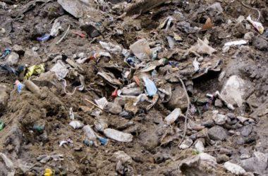Śmieci wmieszane w glebę.