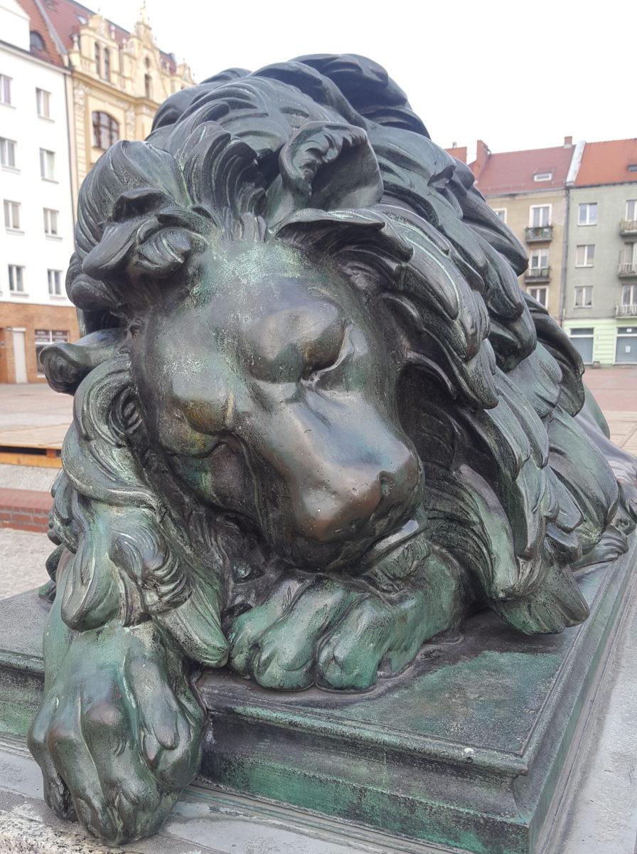 Rzeżba śpiącego lwa.