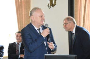 Mężczyzna przemawia. W tle widać przedstawicieli władz Tarnowskich Gór.