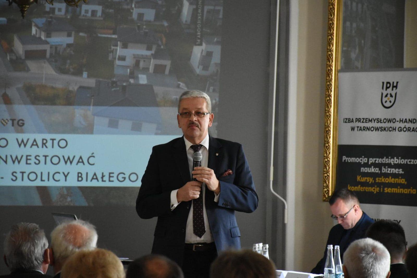 Konferencja Biały Śląsk w Pałacu w Rybnej. Piotr Skrabaczewski przemawia.