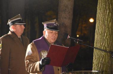 Mężczyzna w mundurze wygłasza przemówienie.