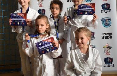Młode uczestniczki konkursu pozują do zdjęć z dyplomami.