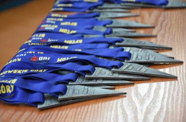 Trójkątne medale za udział w turnieju leżą na stoliku.