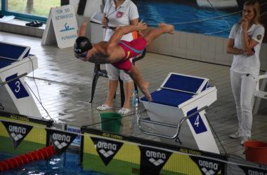 Zawodnik skacze do basenu z wyznaczonej skoczni.