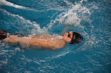 Pływak w basenie.