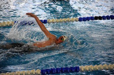 Zawodnik przepływa basen na wyznaczonym torze.