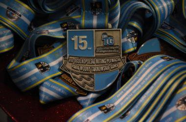Na stole leżą ułożone medale.