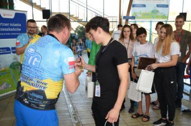 Andrzej Czichy wręcza nagrodę zawodnikowi.