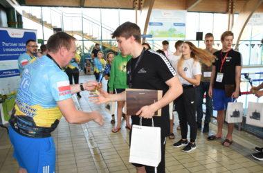 Wręczenie nagród uczestnikom zawodów pływackich w Parku Wodnym.