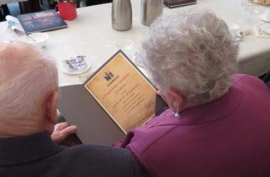 Nagrodzone małżeństwo pozuje z dyplomem.