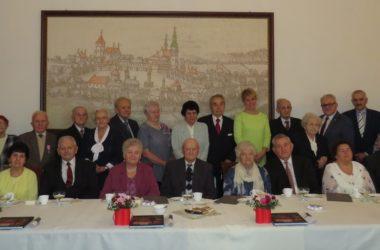 Nagrodzeni jubilaci pozują do wspólnego zdjęcia w Sali Ślubów Urzędu Miejskiego.