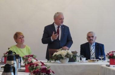 Burmistrz miasta przemawia do jubilatów.