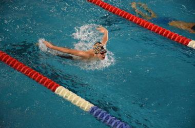 Konkurs pływacki w Parku Wodnym. Zawodnik płynie na wyznaczonym torze.
