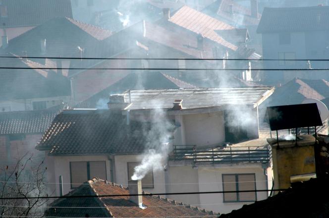 Smog unosi się nad dachami budynków.