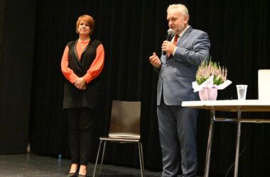 Burmistrz Arkadiusz Czech przemawia do Jubilatów