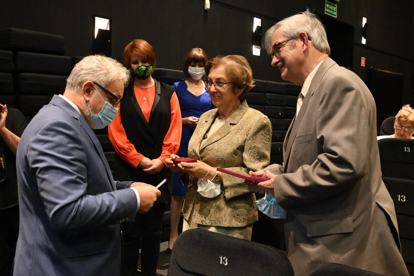 Burmistrz Arkadiusz Czech wręcza medal Jubilatom