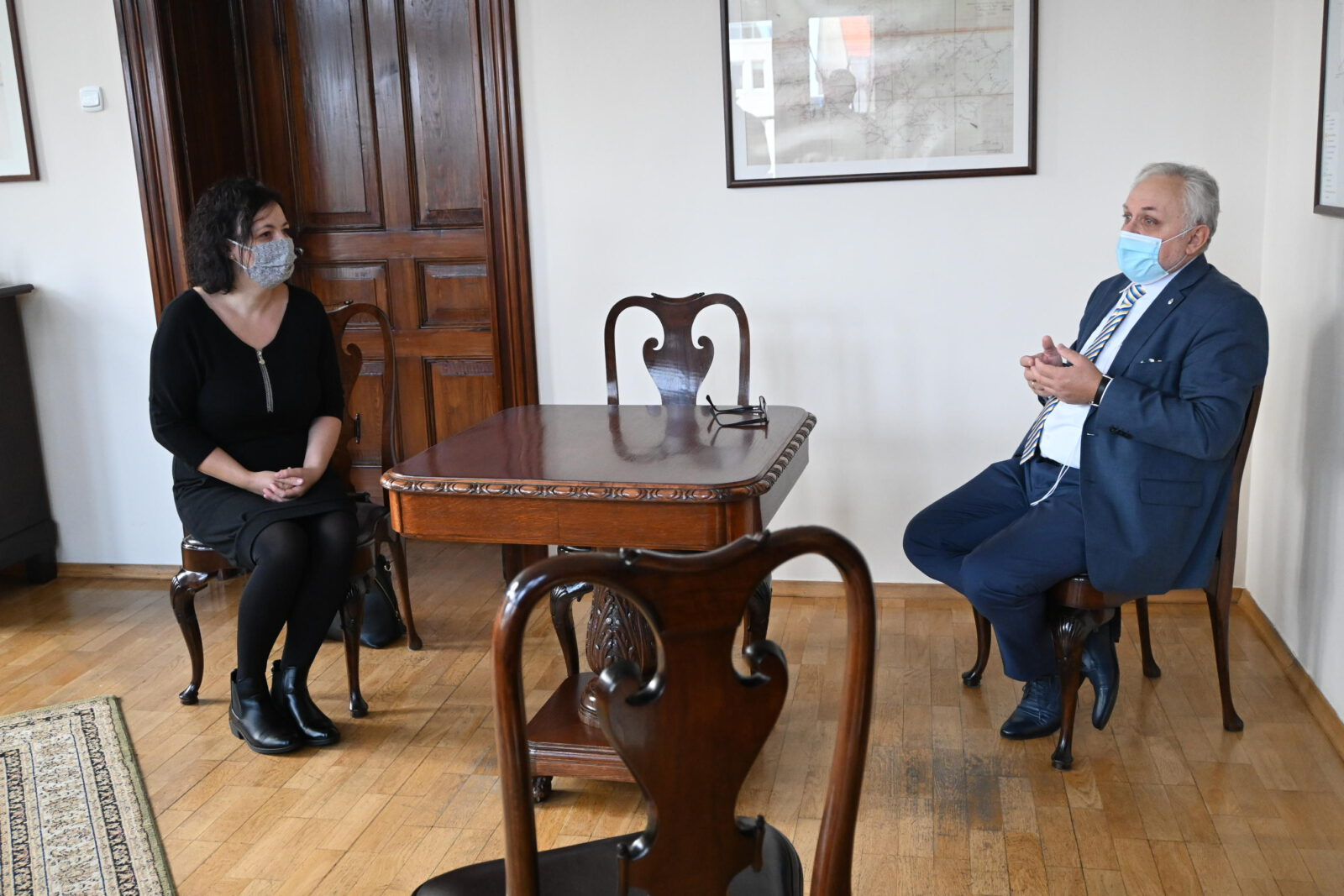 Burmistrz Arkadiusz Czech rozmawia z Izabelą Urbańczyk
