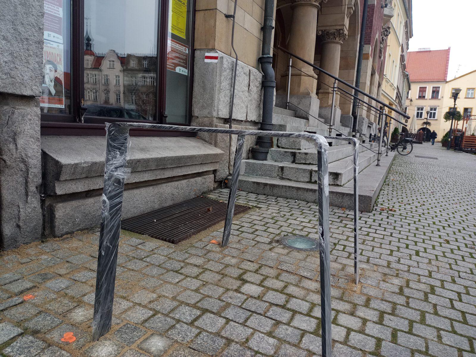 Nowe stojaki rowerowe pod Ratuszem