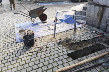 Nowe stojaki rowerowe pod Ratuszem - montaż