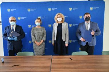 Burmistrz Arkadiusz Czech i przedstawiciele Województwa Śląskiego po podpisaniu umowy