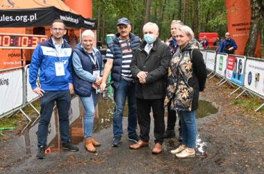 Burmistrz Arkadiusz Czech w towarzystwie organizatorów Mistrzostw Polski w Nordic Walking