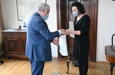 Burmistrz Arkadiusz Czech wręcza Izabeli Urbańczyk dyplom i miejskie gadżety, za okazaną obywatelską postawę.