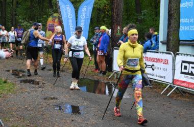 Zawodnicy na trasie wyścigu i publiczność