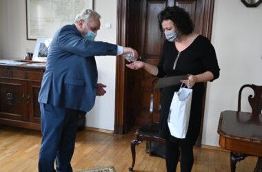 Burmistrz Arkadiusz Czech i Izabela Urbańczyk w gabinecie. Obowiązkowa dezynfekcja.