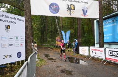 Zawodniczka Nordic Walking na trasie
