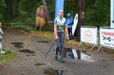 Zawodniczka Nordic Walking w czasie wyścigu
