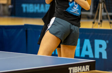 Zawodniczki tenisa stołowego, w uścisku po meczu