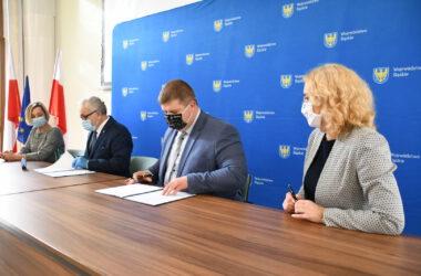 Burmistrz Arkadiusz Czech i przedstawiciele Województwa Śląskiego - podpisywanie umowy