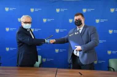 Burmistrz Arkadiusz Czech i wicemarszałek Wojciech Kałuża po podpisaniu umowy