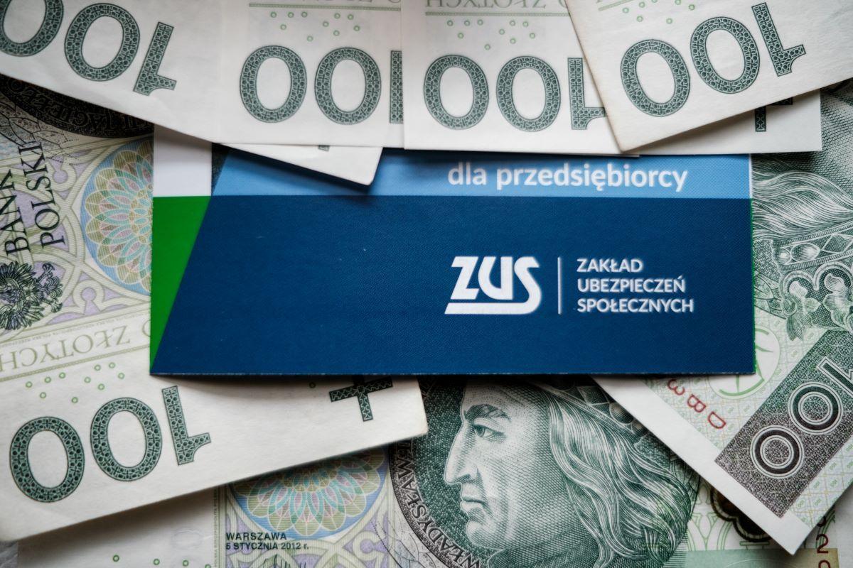 Ilustracja Zus, banknoty, dla przedsiębiorcy
