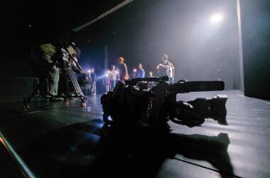 Cykl Just Do IT - z udziałem dzieci z Tarnowskich Gór. Ekipa filmowa i dzieci. Scena.
