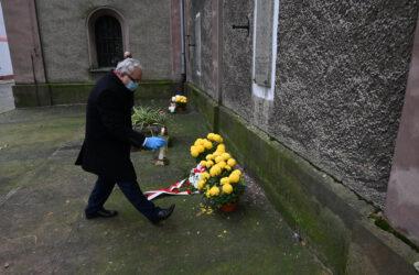 Święto niepodległości 2020 - burmistrz Arkadiusz Czech złożył kwiaty pod okolicznościową tablicą