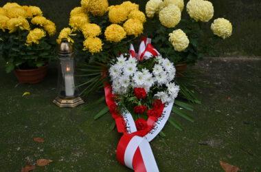 Święto niepodległości 2020 - wieniec, znicz i kwiaty złożone pod pamiątkową tablicą