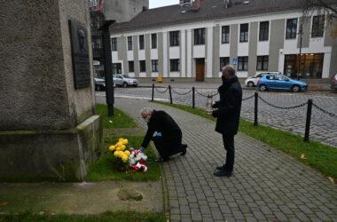 Święto niepodległości 2020 - przedstawiciele władz miasta składają kwiaty pod tablicą pamiątkową
