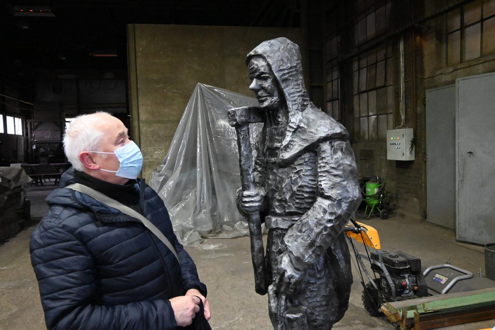 Autor Jerzy Listek przy gotowym odlewie rzeźby gwarka