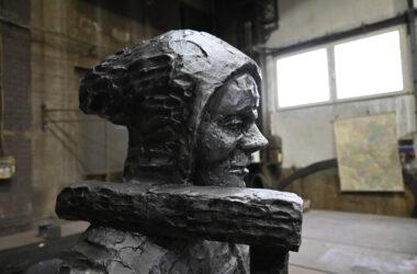 Metalowy odlew gwarka - zbliżenie na twarz