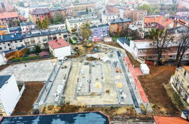 Budowa parkingu na ternie po byłym Tarmilo - widok z lotu ptaka, postępy w budowie