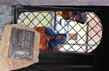 Nowy dzwon na tarnogórskiej Dzwonnicy Gwarków - tablica pamiątkowa i gwarkowie