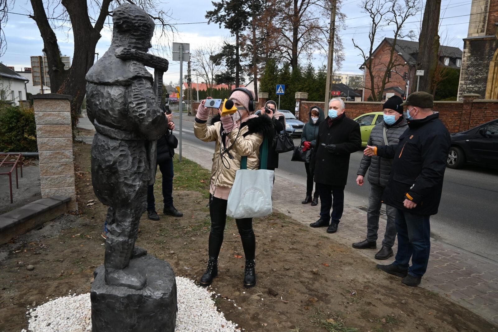 Odsłonięcie 8. figury gwarka w Tarnowskich Górach. Na zdjęciu burmistrz Arkadiusz Czech, autor rzeźby Jerzy Lisek, dziennikarze i inni