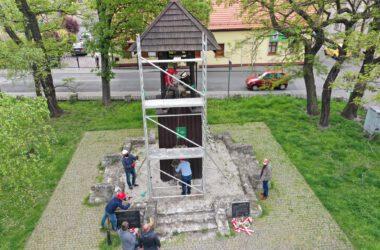 Tarnogórska Dzwonnica Gwarków - ekipa na rusztowaniu zakłada nowy dzwon