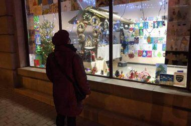 Osoba oglądająca wystawę - Hybrydowy Tarnogórski Jarmark Bożonarodzeniowy