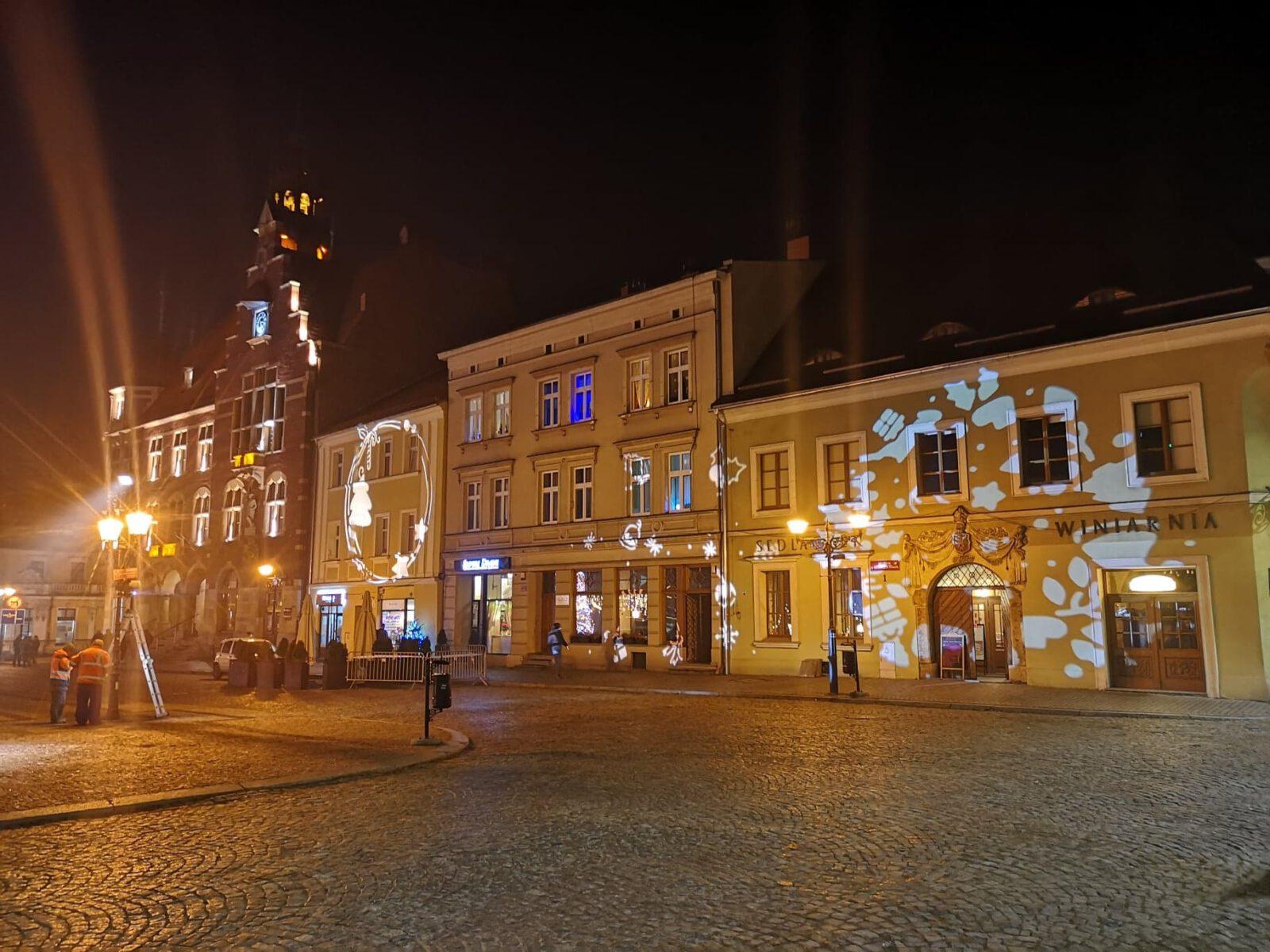 Świąteczna iluminacja na budynkach na Rynku w Tarnowskich Górach