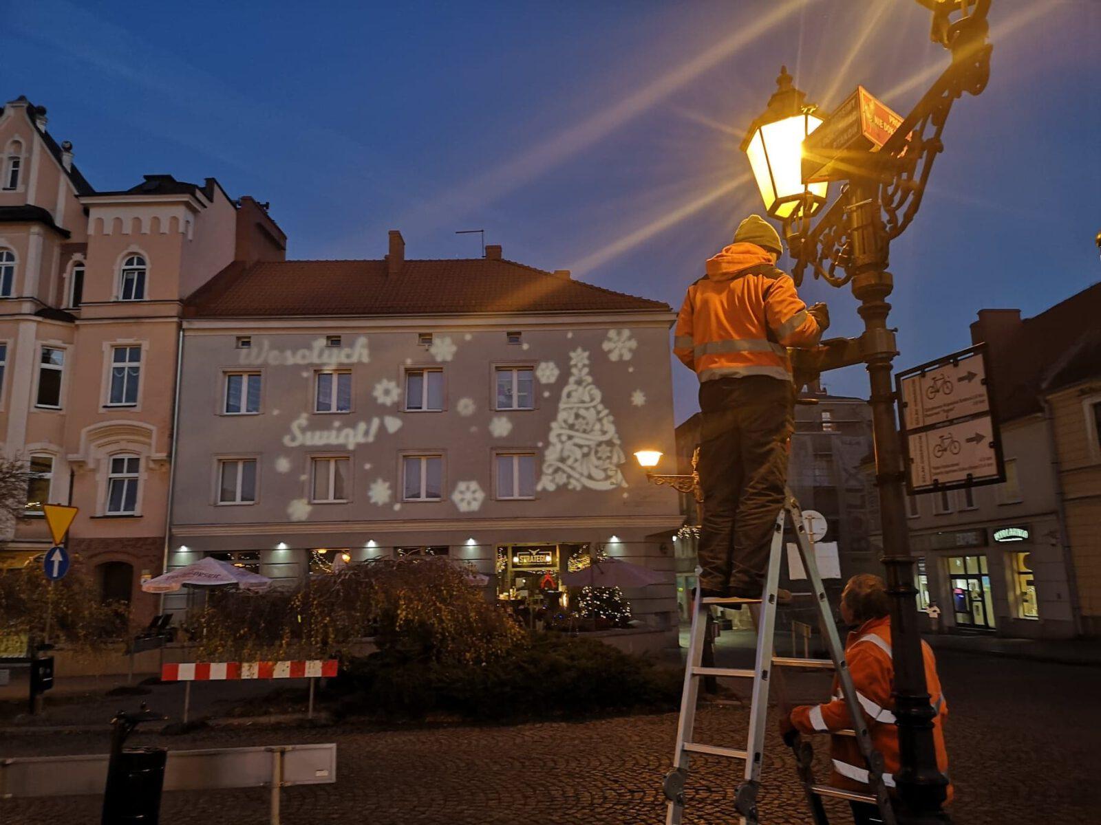 Montaż świątecznej iluminacji na budynkach na Rynku w Tarnowskich Górach31988721_739770863318793_8568144776793429054_n