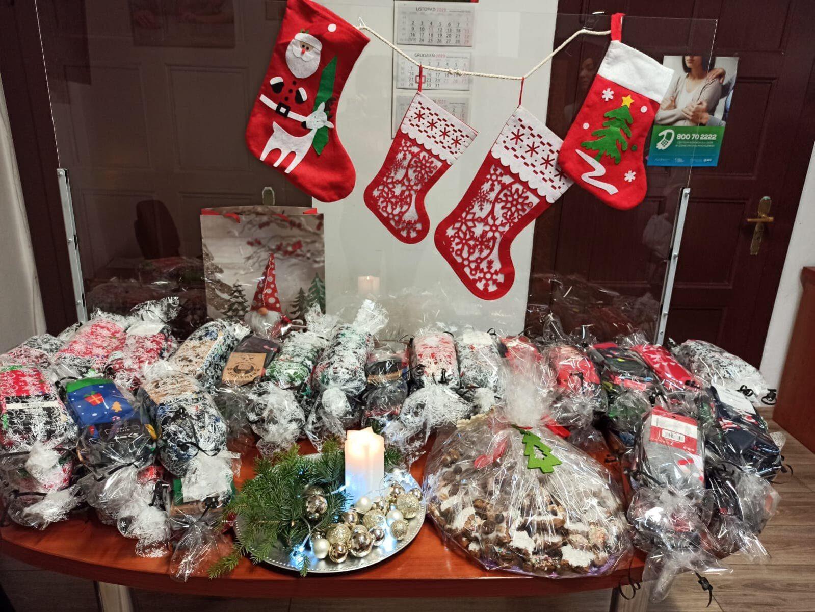 Wesołe świąteczne skarpetki i wypieki dla mieszkańców Domu Opieki Społecznej