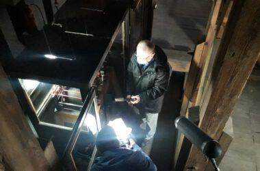Zegarmistrz Franciszek Wiegand przy pracy nad mechanizmem zegara w Ratuszu
